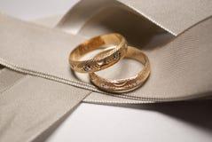 Boucle de mariage d'or avec la conception d'or blanc   Photos libres de droits