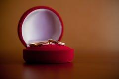 Boucle de mariage dans le cadre rouge Images libres de droits