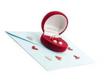 Boucle de mariage dans un cadre de cadeau sur l'enveloppe de courrier Photos libres de droits