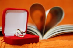 Boucle de mariage et livre de coeur Images stock