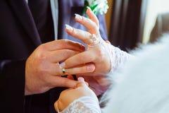 Boucle de mariage Mains de jeunes mariées Amour et mariage de mains de mariés Photographie stock