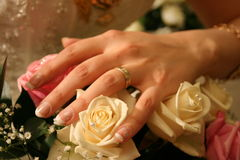 Boucle de mariage sur des roses images libres de droits