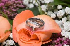 Boucle de mariage sur les fleurs 2 Photographie stock libre de droits