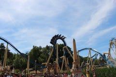 Boucle de montagnes russes à l'attraction d'Osiris en parc Asterix, Ile de France, France Photo libre de droits
