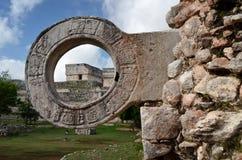 Boucle en pierre pour des jeux de bille dans Uxmal, Yucatan Photographie stock