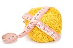 Boucle et centimètre de couture jaunes Photos stock