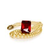 Boucle et perles rouges rouges de cru Photographie stock