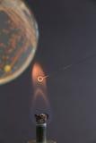 Boucle microbiologique en feu sur le fond de boîte de Pétri pendant le passage Image libre de droits