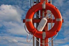Boucle rouge de sauvetage en ciel Photos stock