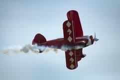 Boucler rouge d'avion photographie stock