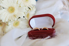 Boucles blanches de gerbera et de mariage Photographie stock