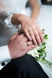 Boucles d'or de mariage avec des diamants sur des mains Photo libre de droits