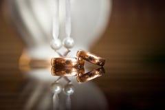 boucles d'or du marié et de la mariée sur une table Images libres de droits