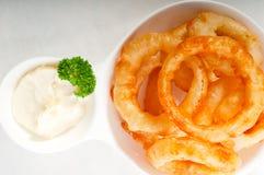Boucles d'oignon cuites à la friteuse d'or Images libres de droits
