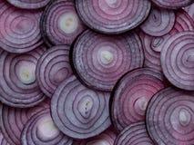 Boucles d'oignon rouge coupées en tranches Photo stock