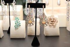 Boucles d'oreille énormes, multi-à gradins avec des diamants, des émeraudes et le moonston Photographie stock libre de droits