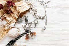 Boucles d'oreille d'anneaux de bijoux et parfum et montre chers de luxe dessus Photos stock