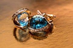 Boucles d'oreille d'or avec des cristaux Photographie stock libre de droits