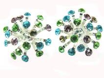 Boucles d'oreille avec des cristaux de vert bleu et de violette Photographie stock