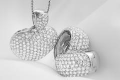 Boucles d'oreille d'or blanc et collier en forme de coeur avec le diamant blanc Image stock