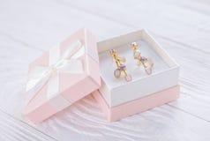 Boucles d'oreille d'améthyste dans le boîte-cadeau photo stock