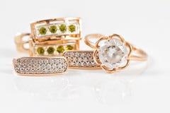 Boucles d'oreille d'or avec des émeraudes et l'esprit d'anneau de zircon et d'or Photo stock