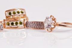 Boucles d'oreille d'or avec des émeraudes et l'esprit d'anneau de zircon et d'or Image libre de droits