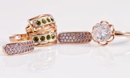 Boucles d'oreille d'or avec des émeraudes et l'esprit d'anneau de zircon et d'or Image stock