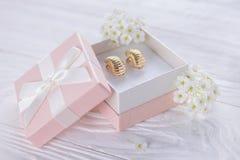 Boucles d'oreille d'or dans le boîte-cadeau image libre de droits