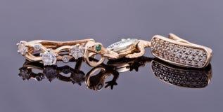 Boucles d'oreille d'or et chaîne argentée élégante Image stock