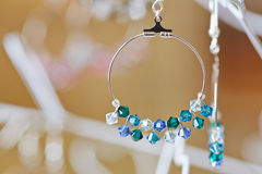 Boucles d'oreille d'un bijoutier aux bijoux Photo stock