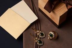 Boucles d'oreille de bijoux de diamant du ` s de femmes et un anneau avec une émeraude verte Photo libre de droits