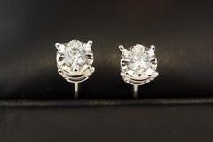Boucles d'oreille de goujon de diamant Photographie stock