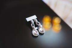 Boucles d'oreille de luxe avec des cristaux Photos libres de droits