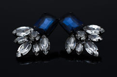Boucles d'oreille de luxe de mode sur le fond noir Photos libres de droits