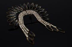Boucles d'oreille de luxe de mode sur le fond noir Photo stock