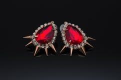 Boucles d'oreille de luxe de mode sur le fond noir Images stock