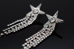 Boucles d'oreille de luxe de mode sur le fond noir Image stock