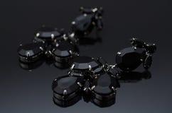 Boucles d'oreille de luxe de mode sur le fond noir Photos stock