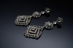 Boucles d'oreille de luxe de perle de mode sur le fond noir Photographie stock