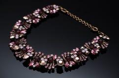 Boucles d'oreille de luxe de perle de mode sur le fond noir Image libre de droits
