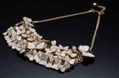 Boucles d'oreille de luxe de perle de mode sur le fond noir Photos libres de droits