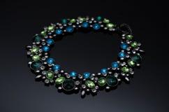 Boucles d'oreille de luxe de perle de mode sur le fond noir Photo libre de droits