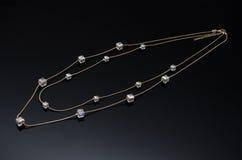 Boucles d'oreille de luxe de perle de mode sur le fond noir Photographie stock libre de droits