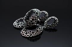 Boucles d'oreille de luxe de perle de mode sur le fond noir Images libres de droits