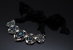 Boucles d'oreille de luxe de perle de mode sur le fond noir Images stock
