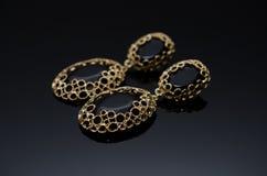 Boucles d'oreille de luxe de perle de mode sur le fond noir Image stock
