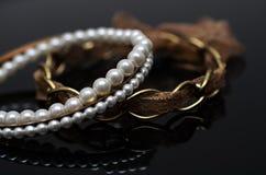 Boucles d'oreille de luxe de perle de mode sur le fond noir Photos stock