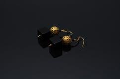 Boucles d'oreille de luxe de perle de mode sur le fond noir Photo stock