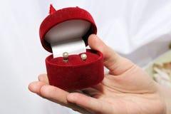 Boucles d'oreille de perle de mariage Photographie stock